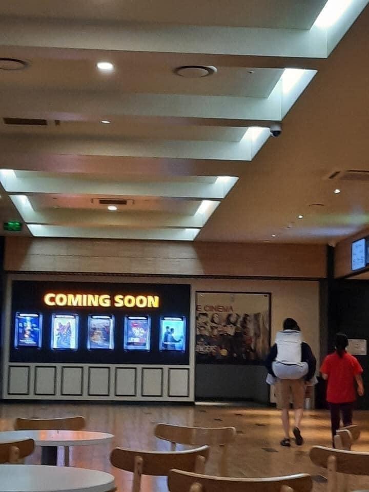 Con trai cõng bố vào rạp chiếu phim, khoảnh khắc khiến Trấn Thành lên tiếng cảm ơn trên MXH - Ảnh 2.