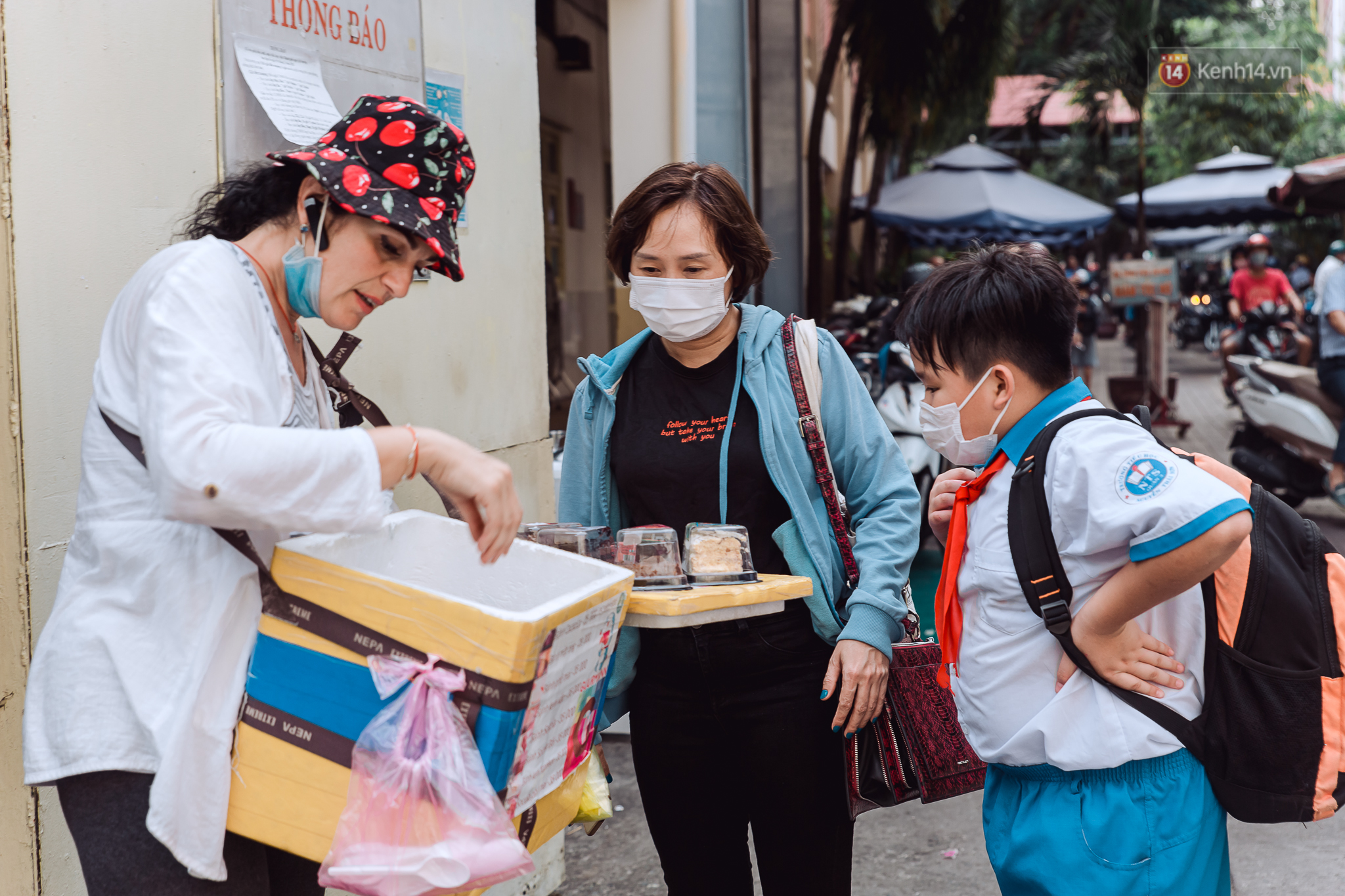 Ảnh, clip: Gặp cô Tây xinh đẹp bán bánh kem dạo mưu sinh trên đường phố Sài Gòn - Ảnh 6.