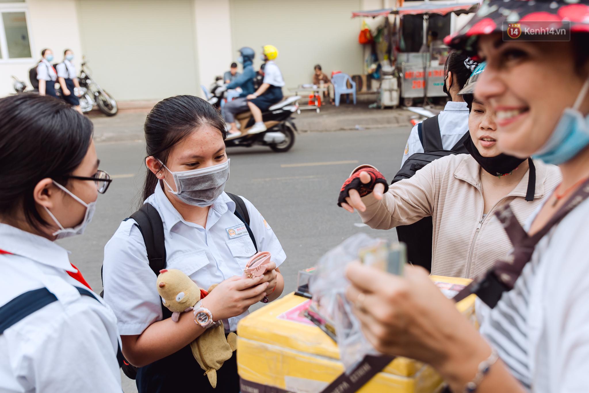 Ảnh, clip: Gặp cô Tây xinh đẹp bán bánh kem dạo mưu sinh trên đường phố Sài Gòn - Ảnh 5.