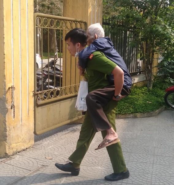 Xúc động hình ảnh các chiến sĩ công an giúp các cụ già đi làm căn cước công dân ở Huế - Ảnh 1.