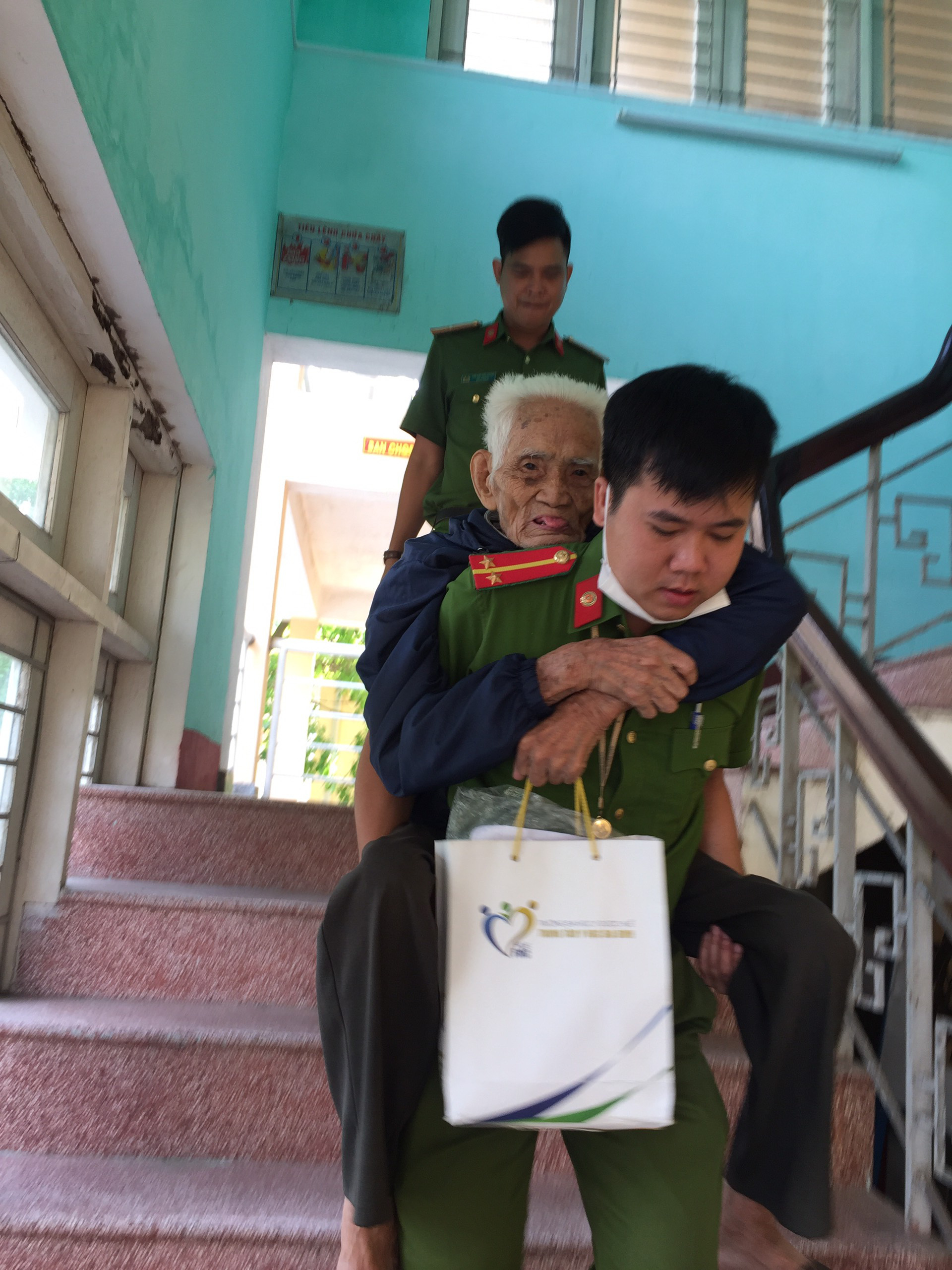 Xúc động hình ảnh các chiến sĩ công an giúp các cụ già đi làm căn cước công dân ở Huế - Ảnh 3.