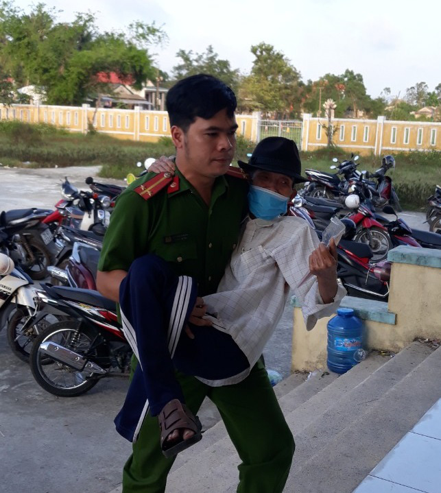 Xúc động hình ảnh các chiến sĩ công an giúp các cụ già đi làm căn cước công dân ở Huế - Ảnh 2.