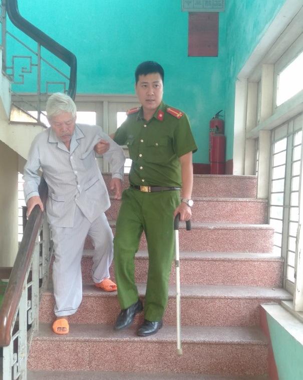 Xúc động hình ảnh các chiến sĩ công an giúp các cụ già đi làm căn cước công dân ở Huế - Ảnh 4.