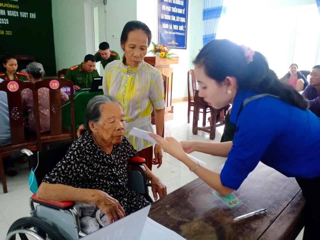 Xúc động hình ảnh các chiến sĩ công an giúp các cụ già đi làm căn cước công dân ở Huế - Ảnh 5.