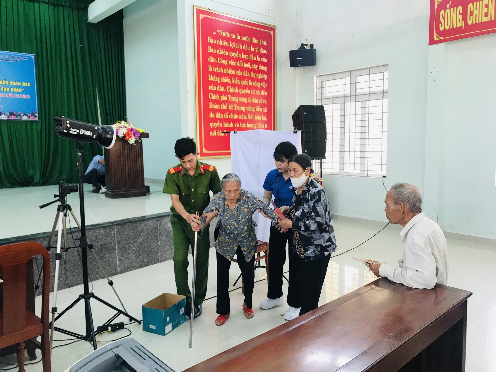 Xúc động hình ảnh các chiến sĩ công an giúp các cụ già đi làm căn cước công dân ở Huế - Ảnh 6.