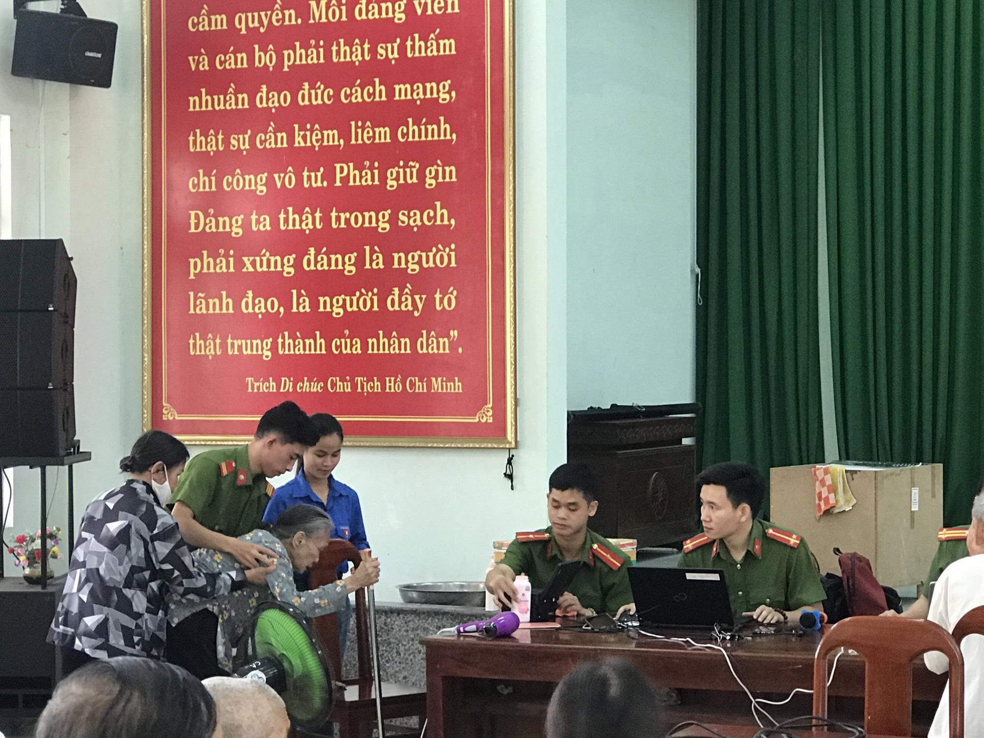Xúc động hình ảnh các chiến sĩ công an giúp các cụ già đi làm căn cước công dân ở Huế - Ảnh 7.