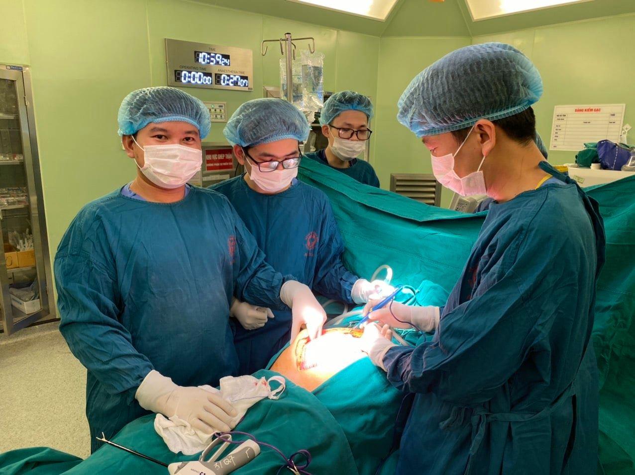 """""""Giảm cân"""" thành công nhờ cắt bỏ khối u nặng 10kg trong ổ bụng - Ảnh 1."""