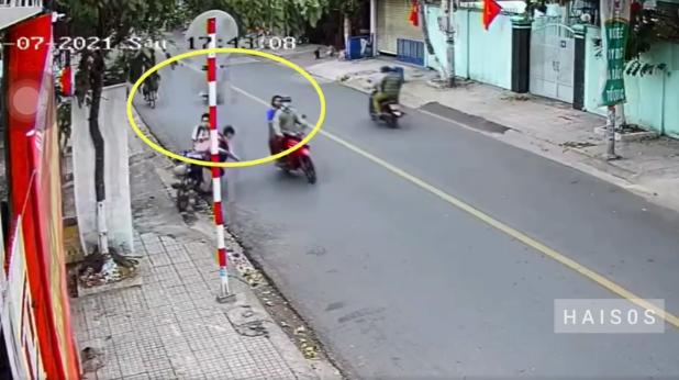 Đôi nam nữ đi xe máy máy giơ chân đạp 2 học sinh đi xe đạp ngã văng xuống đường đầy kinh hãi - Ảnh 2.