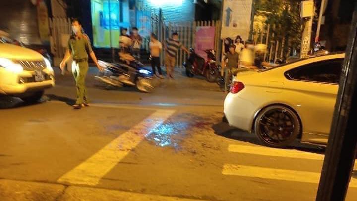 Khoảnh khắc chạy BMW pô xe nổ to, 2 người đàn ông bị chém tới tấp - Ảnh 2.