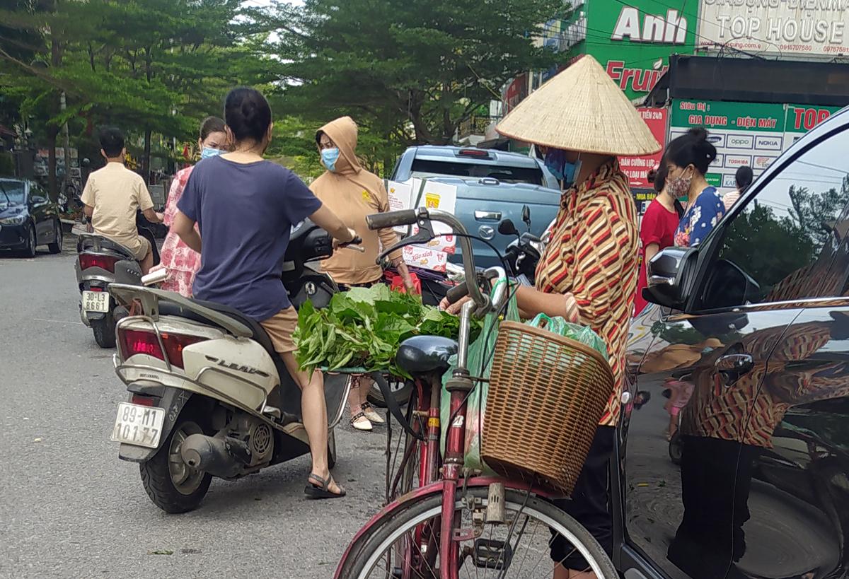 Chợ cóc vẫn hoạt động rầm rộ sau khi Hà Nội ban hành lệnh cấm để chống dịch COVID-19 - Ảnh 3.