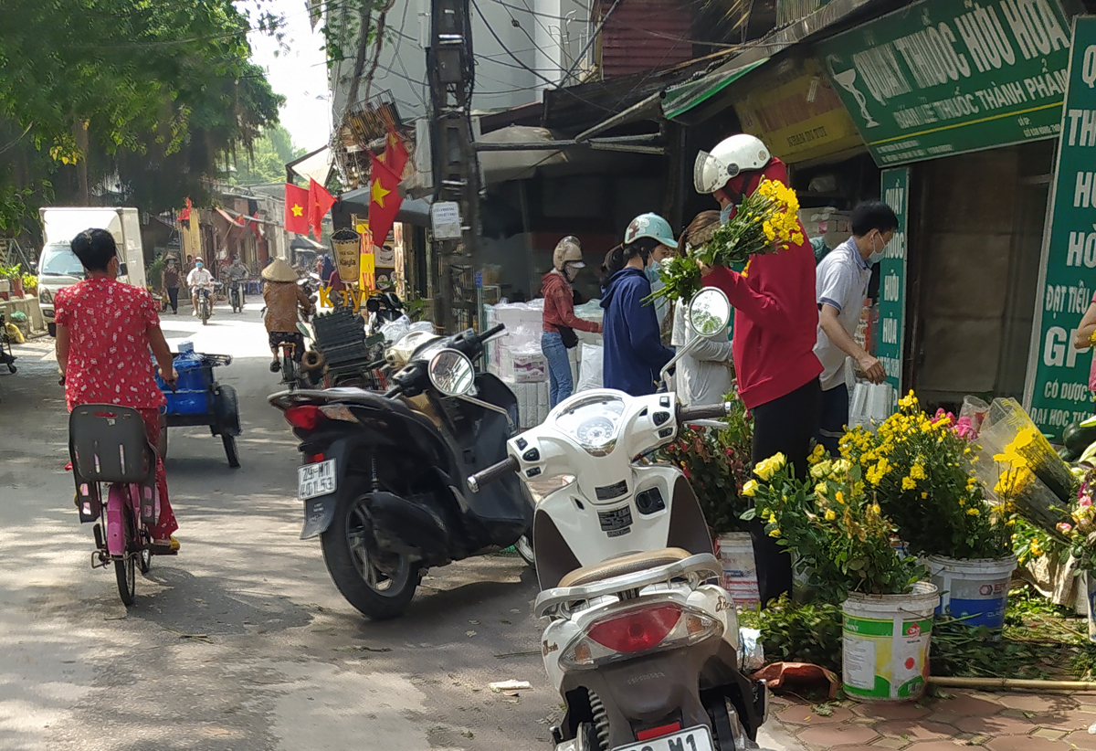 Chợ cóc vẫn hoạt động rầm rộ sau khi Hà Nội ban hành lệnh cấm để chống dịch COVID-19 - Ảnh 10.
