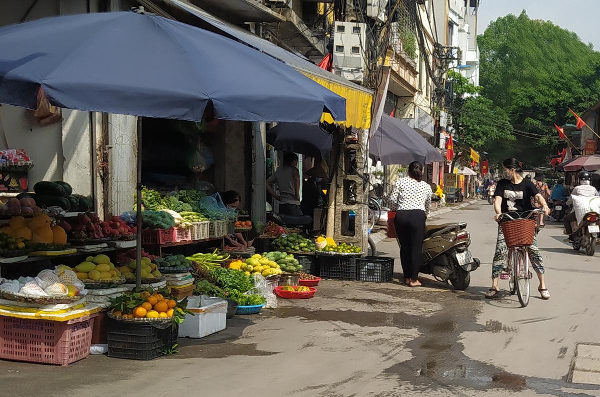 Chợ cóc vẫn hoạt động rầm rộ sau khi Hà Nội ban hành lệnh cấm để chống dịch COVID-19 - Ảnh 11.