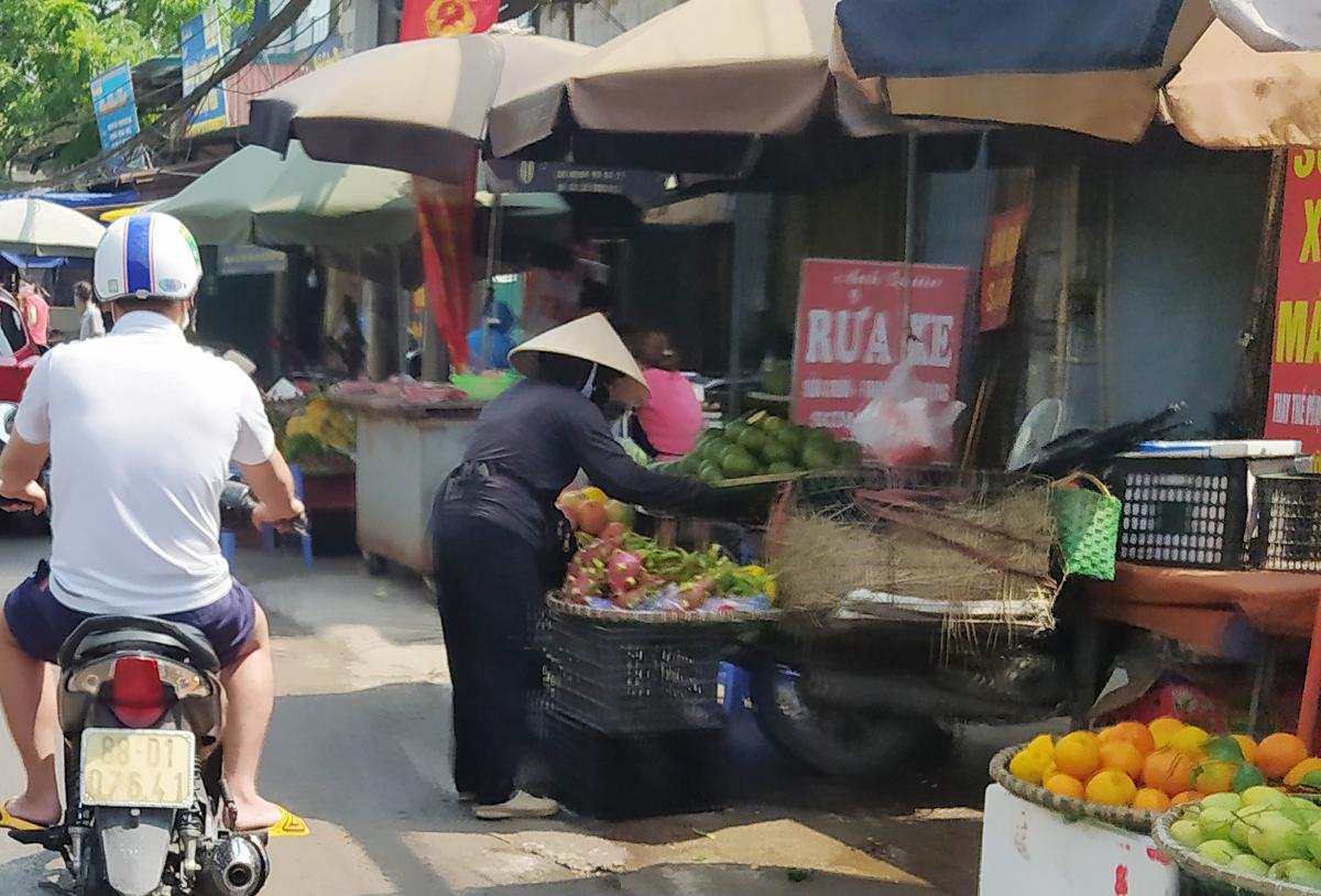 Chợ cóc vẫn hoạt động rầm rộ sau khi Hà Nội ban hành lệnh cấm để chống dịch COVID-19 - Ảnh 14.