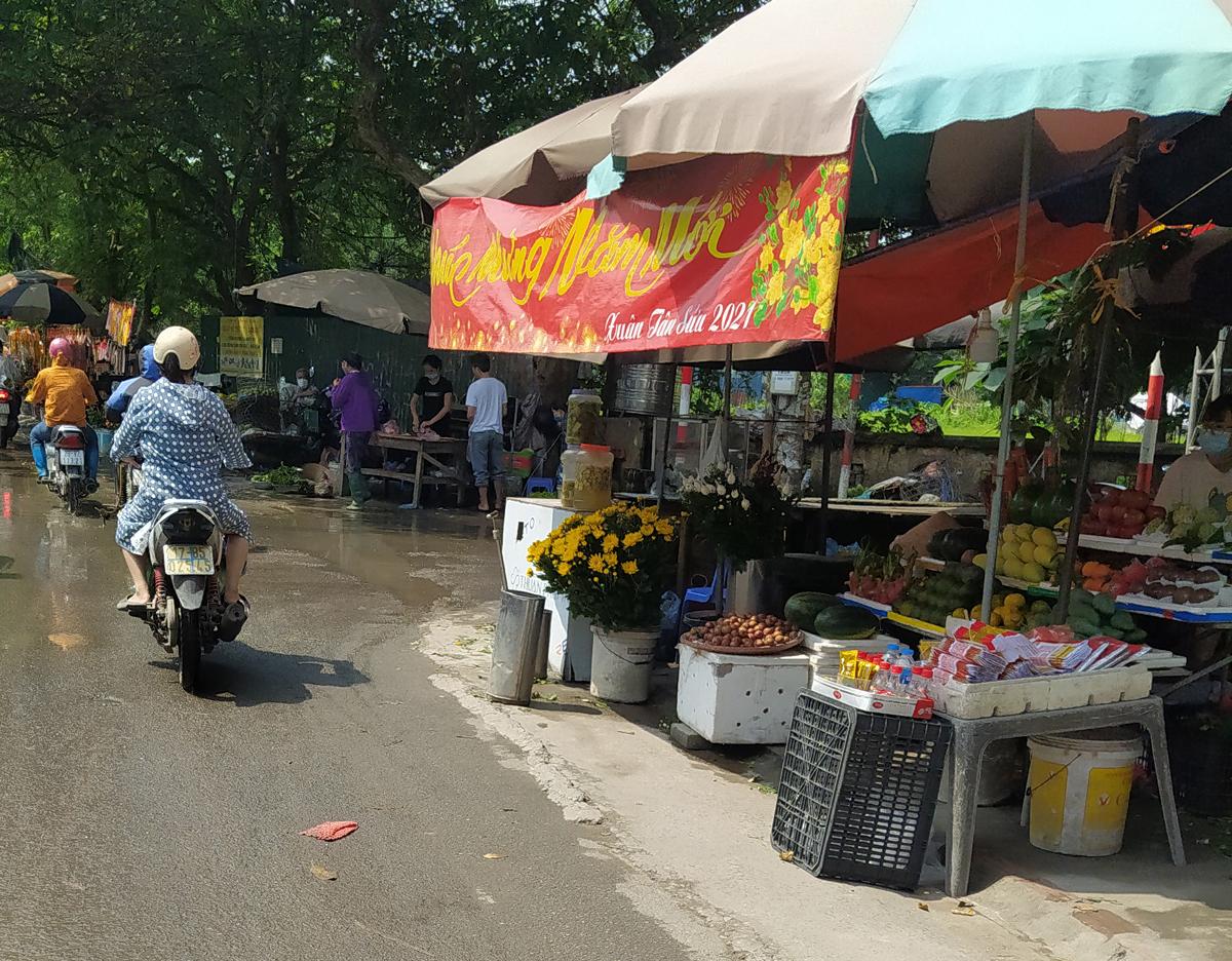 Chợ cóc vẫn hoạt động rầm rộ sau khi Hà Nội ban hành lệnh cấm để chống dịch COVID-19 - Ảnh 16.
