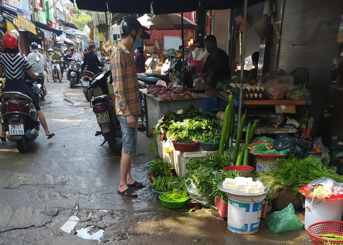 Chợ cóc vẫn hoạt động rầm rộ sau khi Hà Nội ban hành lệnh cấm để chống dịch COVID-19 - Ảnh 6.
