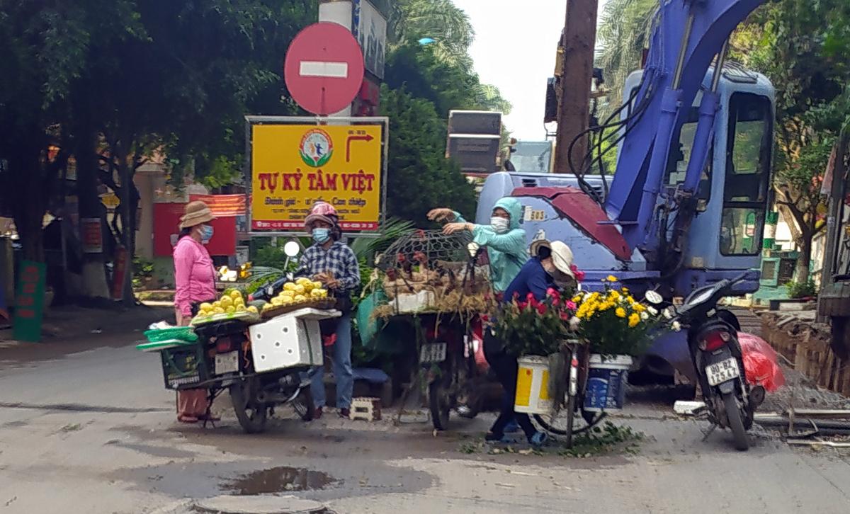 Chợ cóc vẫn hoạt động rầm rộ sau khi Hà Nội ban hành lệnh cấm để chống dịch COVID-19 - Ảnh 9.