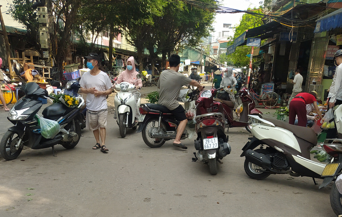 Chợ cóc vẫn hoạt động rầm rộ sau khi Hà Nội ban hành lệnh cấm để chống dịch COVID-19 - Ảnh 7.