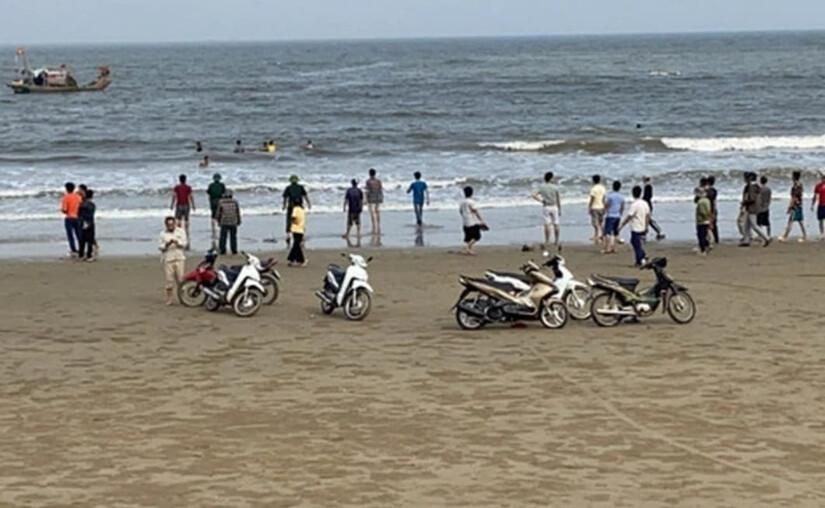 Xác định danh tính các học sinh bị sóng biển cuốn trôi thương tâm ở Nam Định - Ảnh 1.