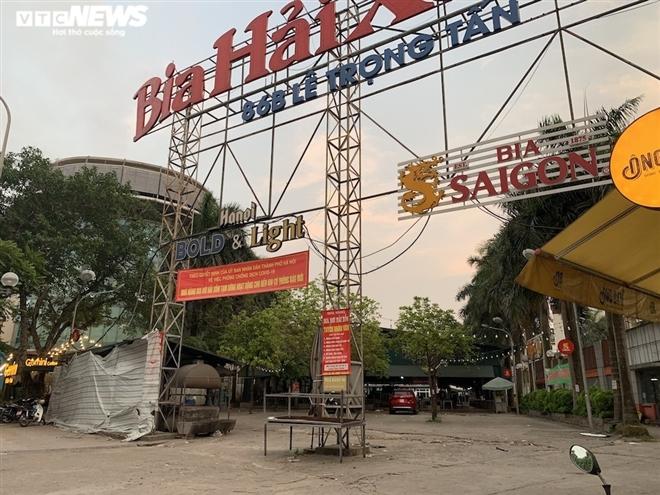 Cận cảnh loạt quán bia lớn ở Hà Nội 'vườn không nhà trống' giữa mùa hốt bạc - Ảnh 1.