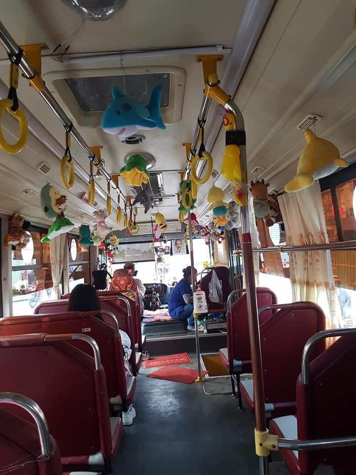 Dân mạng phát cuồng với chuyến xe buýt treo đầy thú bông vì lý do bác tài đam mê gắp thú  - Ảnh 3.