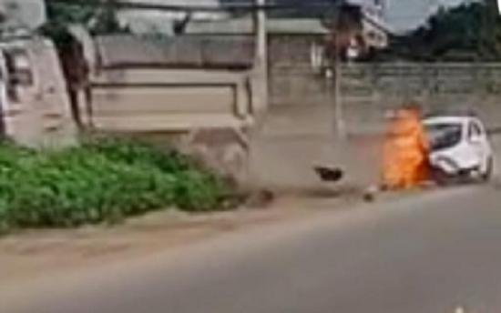 Sang đường bất cẩn, xe con bị xe tải đâm toác đầu, bốc cháy dữ dội ngay giữa đường - Ảnh 2.