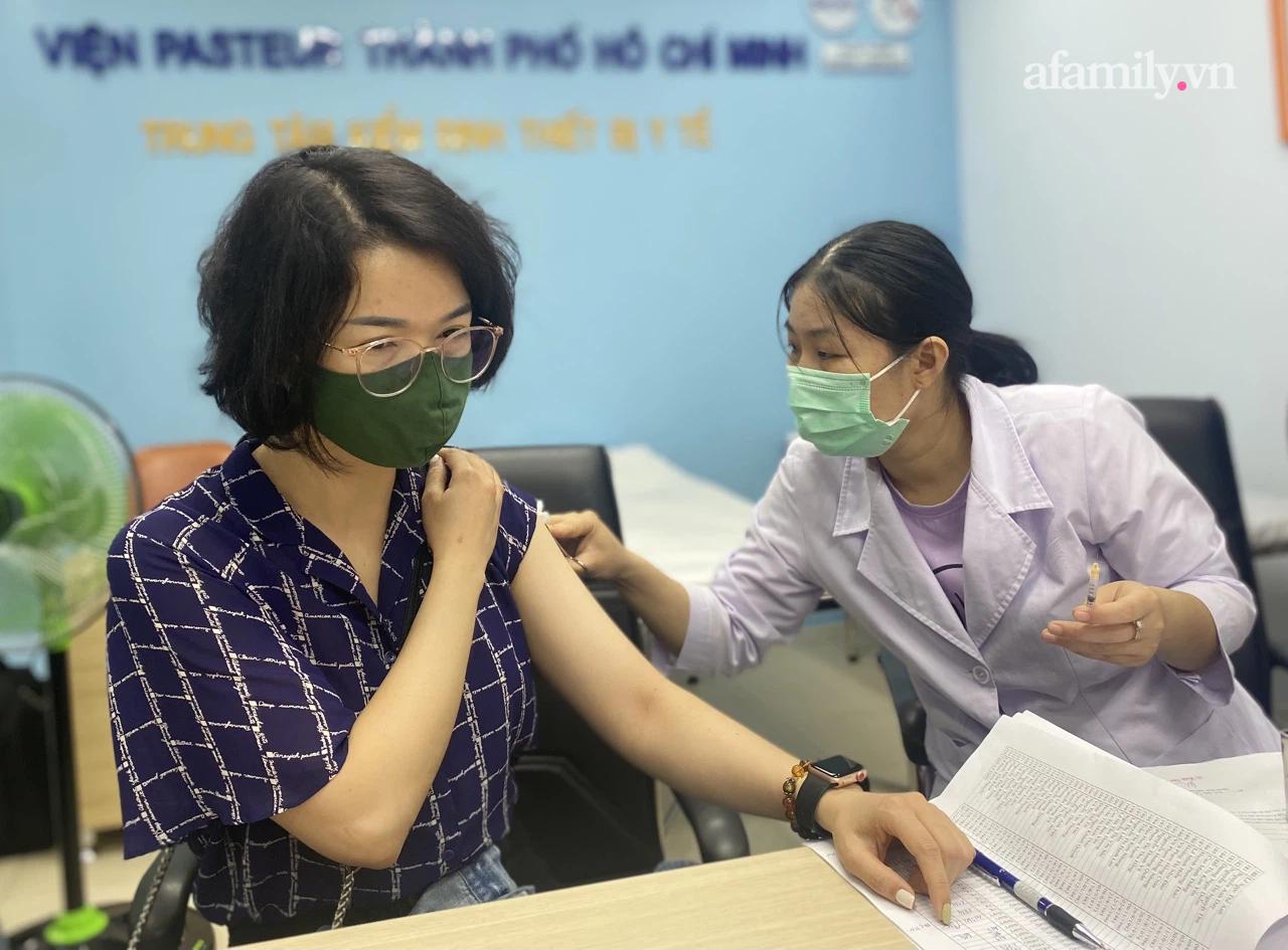 Gần 90 phóng viên tại TP.HCM được tiêm vắc-xin COVID-19 giữa lúc dịch bệnh đang phức tạp - Ảnh 1.