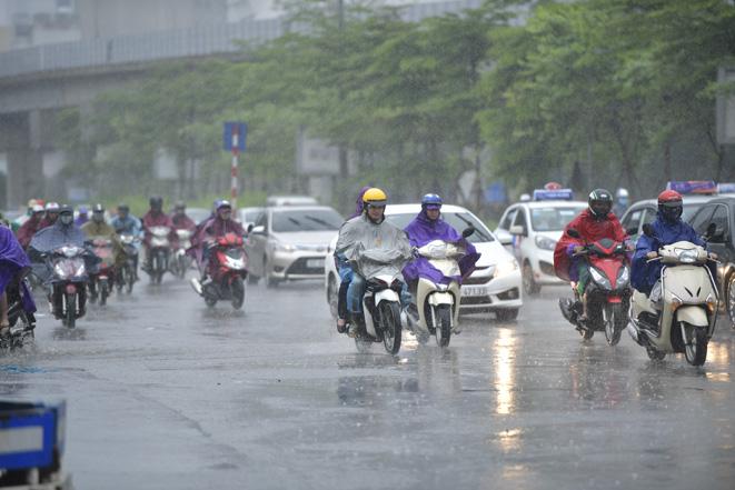 Sang đầu tháng 5 nhưng miền Bắc vẫn tiếp tục đón các đợt không khí lạnh liên tiếp, mưa dông diện rộng trên toàn miền - Ảnh 1.