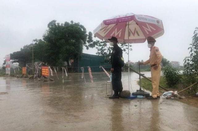 """Những khoảnh khắc """"vượt nắng, thắng mưa"""" của Công an Bắc Giang thời dịch - Ảnh 1."""