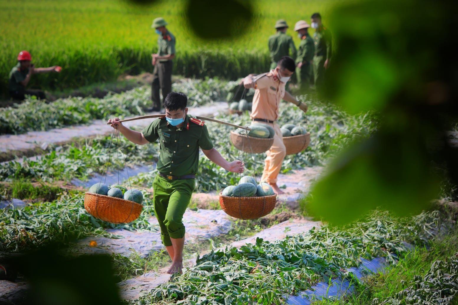 """Những khoảnh khắc """"vượt nắng, thắng mưa"""" của Công an Bắc Giang thời dịch - Ảnh 10."""