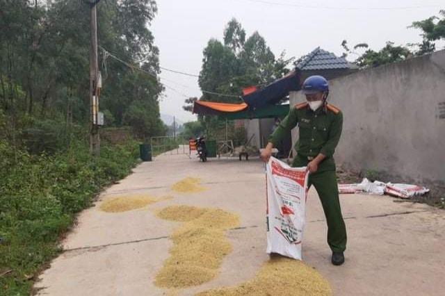 """Những khoảnh khắc """"vượt nắng, thắng mưa"""" của Công an Bắc Giang thời dịch - Ảnh 11."""