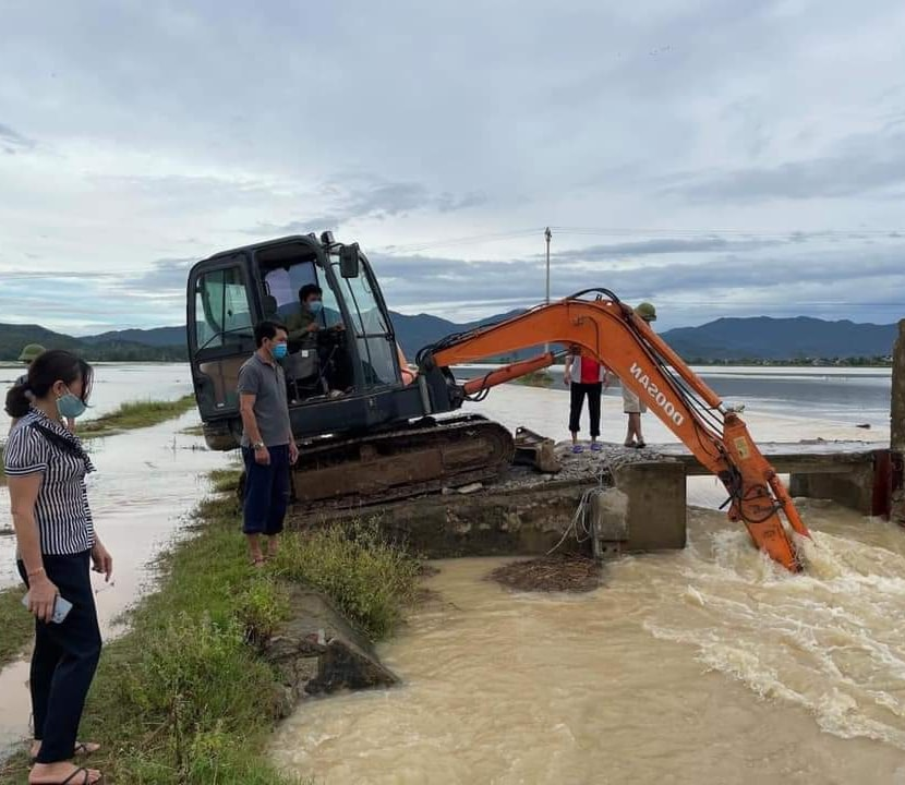 """Bão số 2 """"lướt qua"""" gây thiệt hại tại nhiều địa phương, vùng dịch Hà Tĩnh ngập lụt nghiêm trọng - Ảnh 3."""