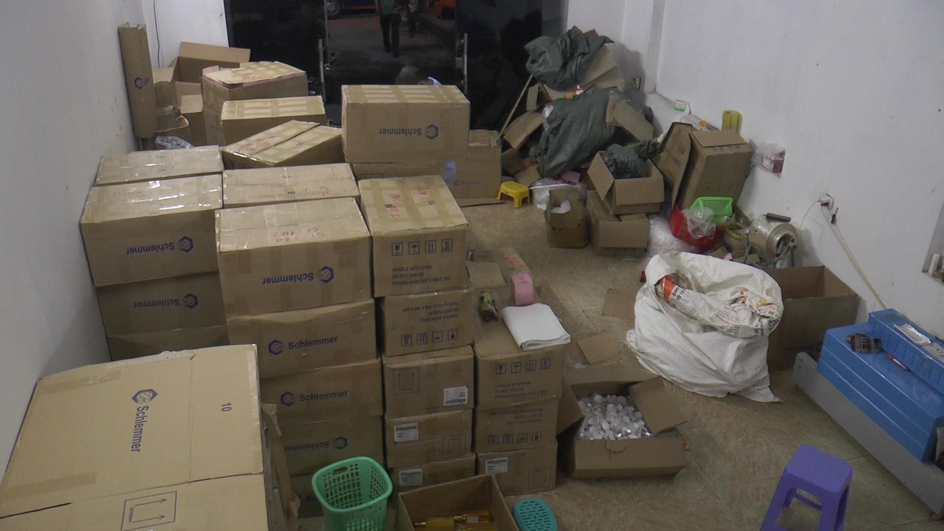 Đột kích nhà 3 tầng trong đêm, thu giữ gần 10000 chai, lọ sữa tắm mỹ phẩm không rõ nguồn gốc - Ảnh 1.