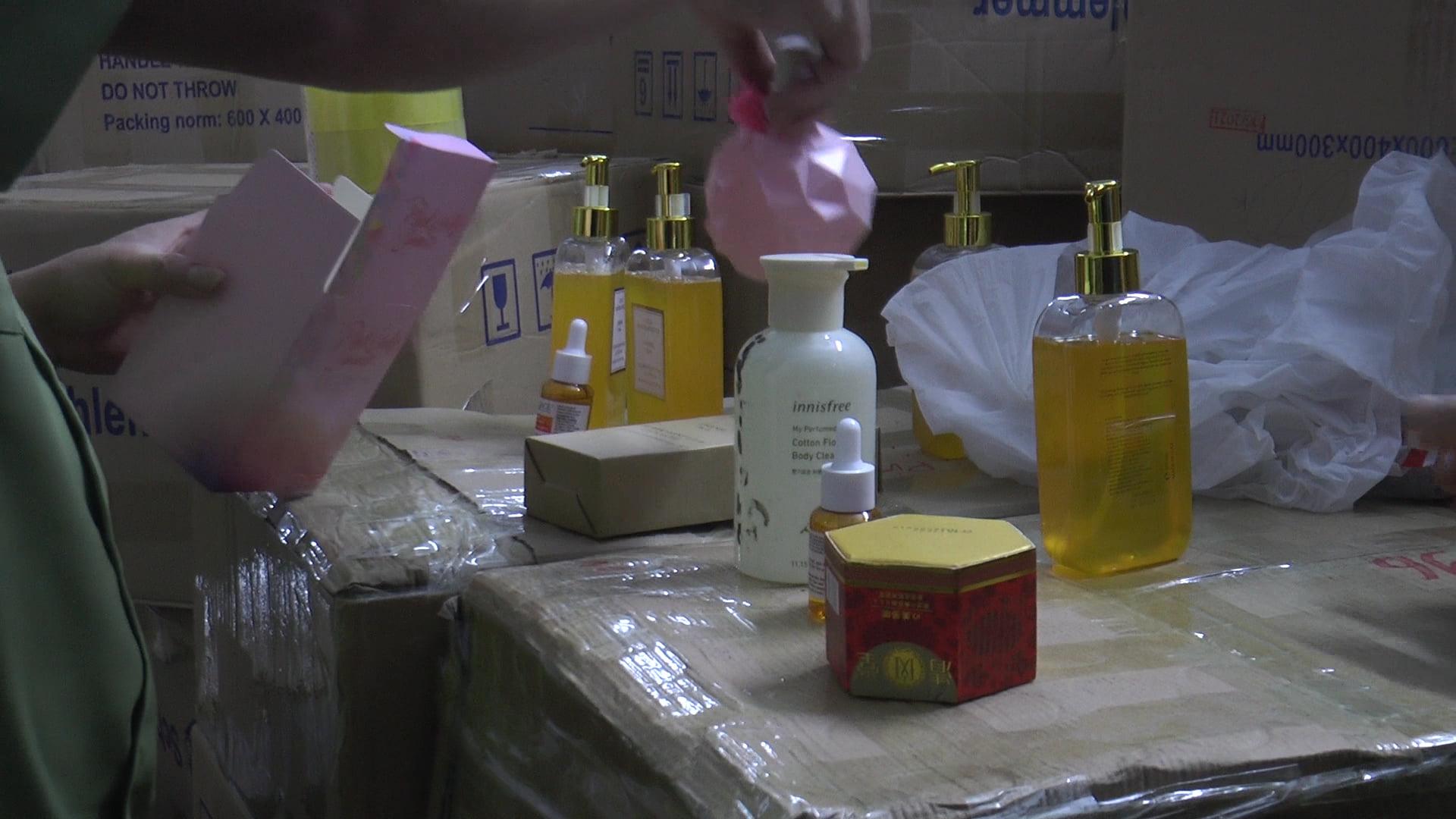 Đột kích nhà 3 tầng trong đêm, thu giữ gần 10000 chai, lọ sữa tắm mỹ phẩm không rõ nguồn gốc - Ảnh 8.