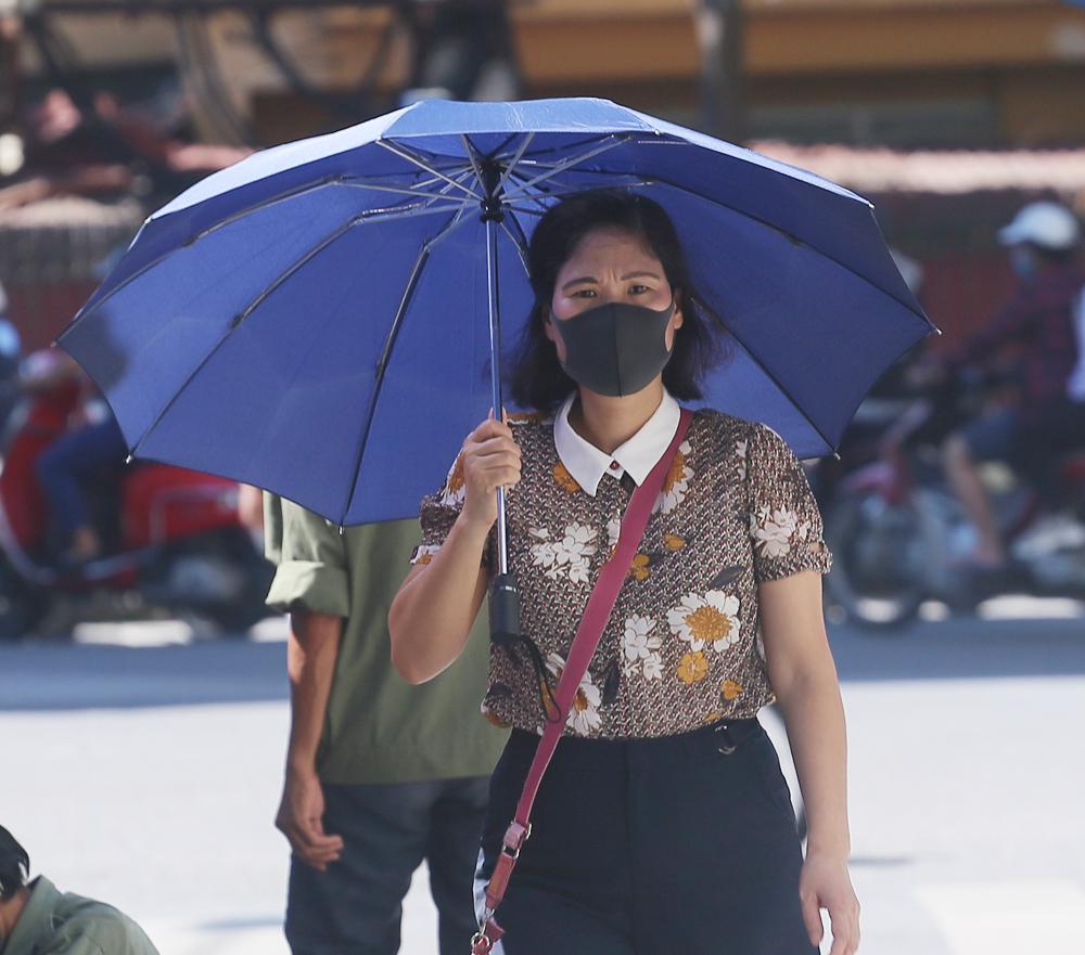 Hà Nội: Nắng nóng đỉnh điểm khiến nhân viên giao hàng bở hơi tai mưu sinh ngoài đường - Ảnh 13.