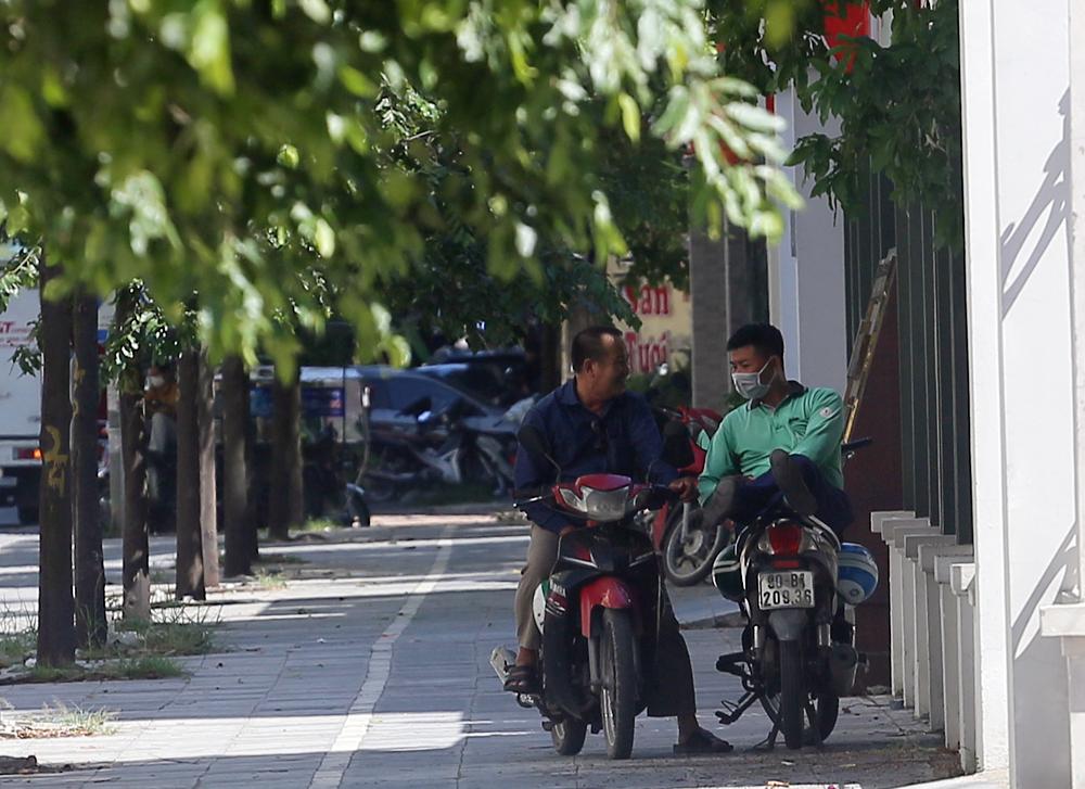 Hà Nội: Nắng nóng đỉnh điểm khiến nhân viên giao hàng bở hơi tai mưu sinh ngoài đường - Ảnh 9.