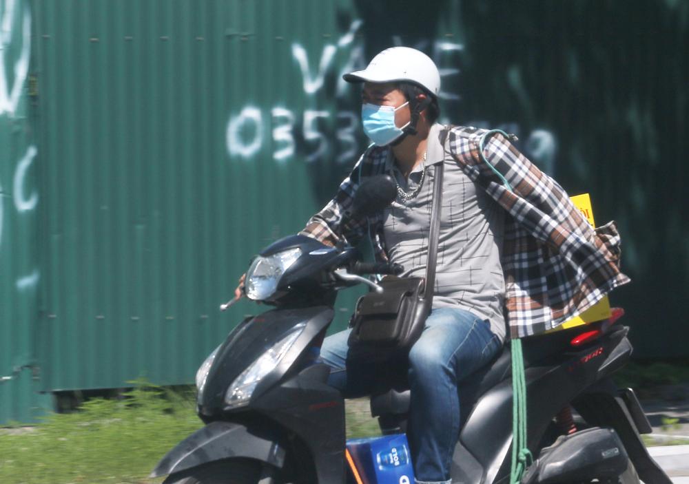 Hà Nội: Nắng nóng đỉnh điểm khiến nhân viên giao hàng bở hơi tai mưu sinh ngoài đường - Ảnh 8.