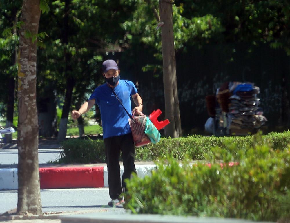 Hà Nội: Nắng nóng đỉnh điểm khiến nhân viên giao hàng bở hơi tai mưu sinh ngoài đường - Ảnh 15.