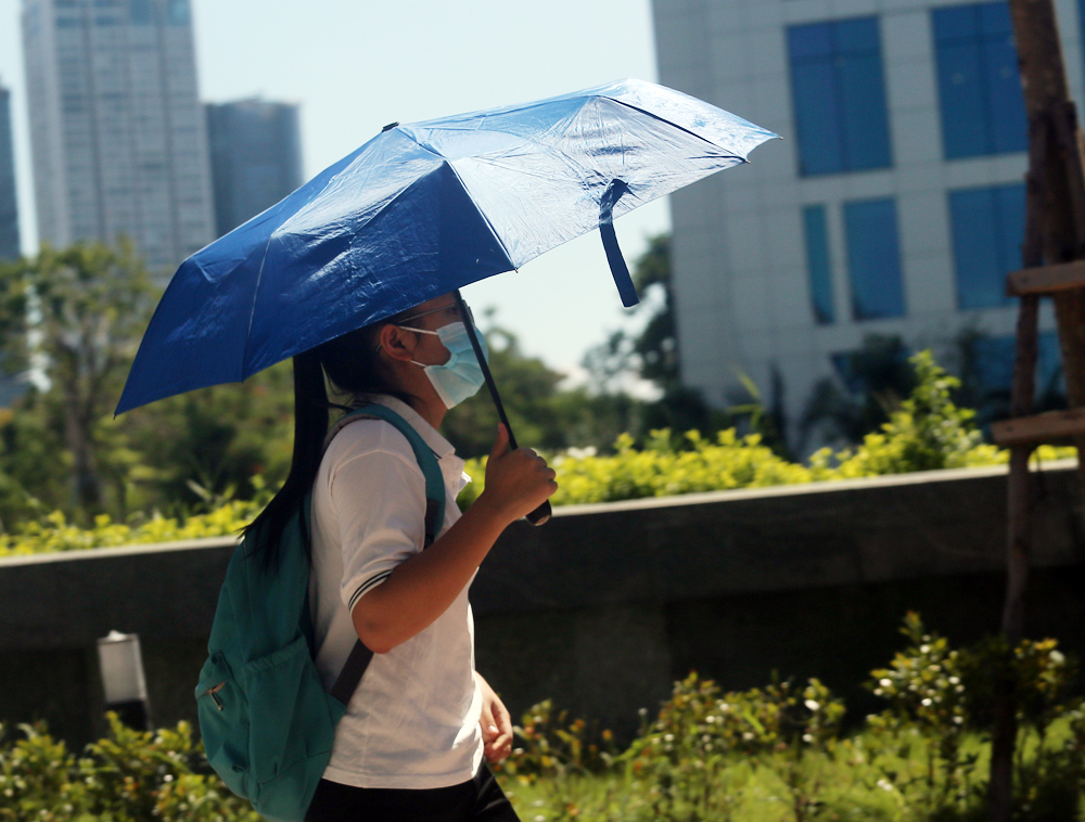 Hà Nội: Nắng nóng đỉnh điểm khiến nhân viên giao hàng bở hơi tai mưu sinh ngoài đường - Ảnh 16.