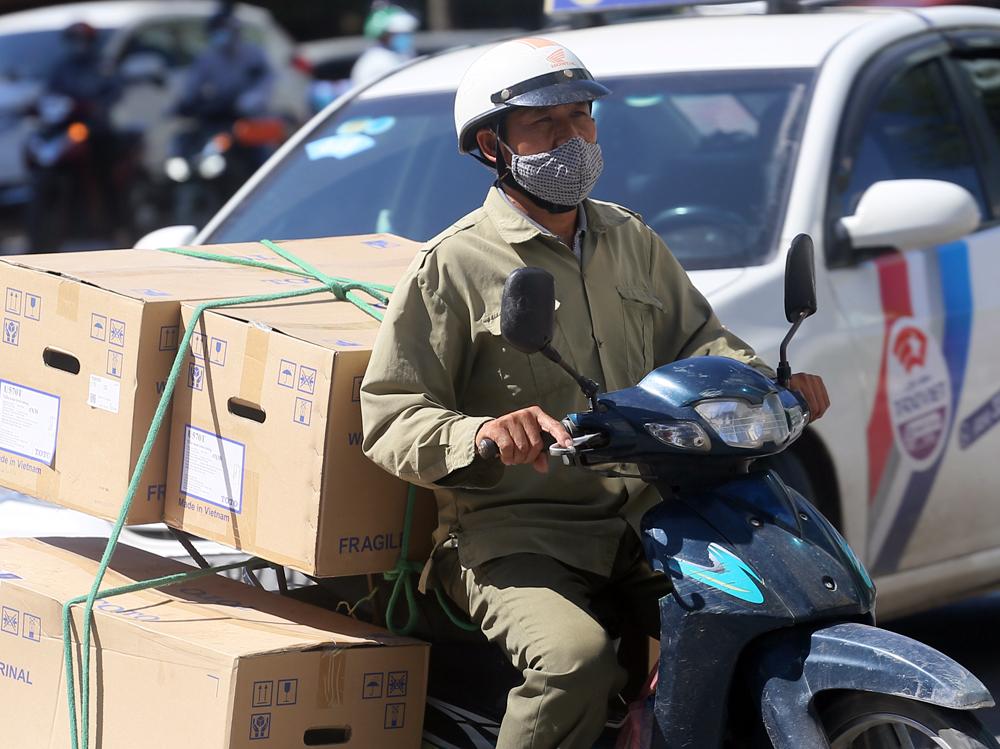 Hà Nội: Nắng nóng đỉnh điểm khiến nhân viên giao hàng bở hơi tai mưu sinh ngoài đường - Ảnh 5.