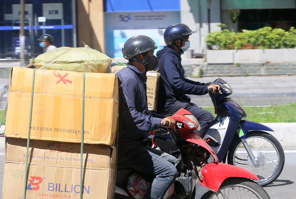 Hà Nội: Nắng nóng đỉnh điểm khiến nhân viên giao hàng bở hơi tai mưu sinh ngoài đường - Ảnh 6.