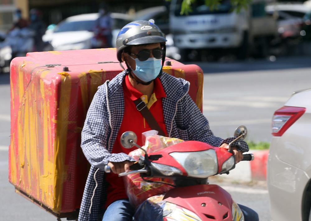 Hà Nội: Nắng nóng đỉnh điểm khiến nhân viên giao hàng bở hơi tai mưu sinh ngoài đường - Ảnh 7.