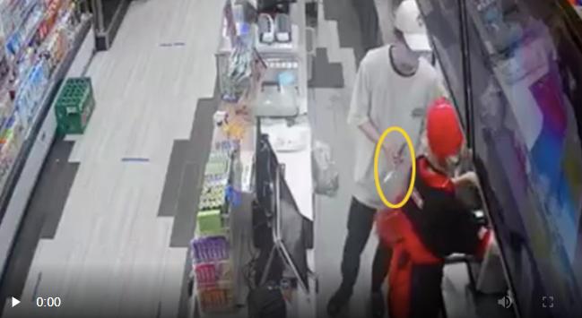 Thanh niên cầm dao kề sát người nữ nhân viên, cướp tài sản ở cửa hàng tiện ích tại Hà Nội - Ảnh 2.