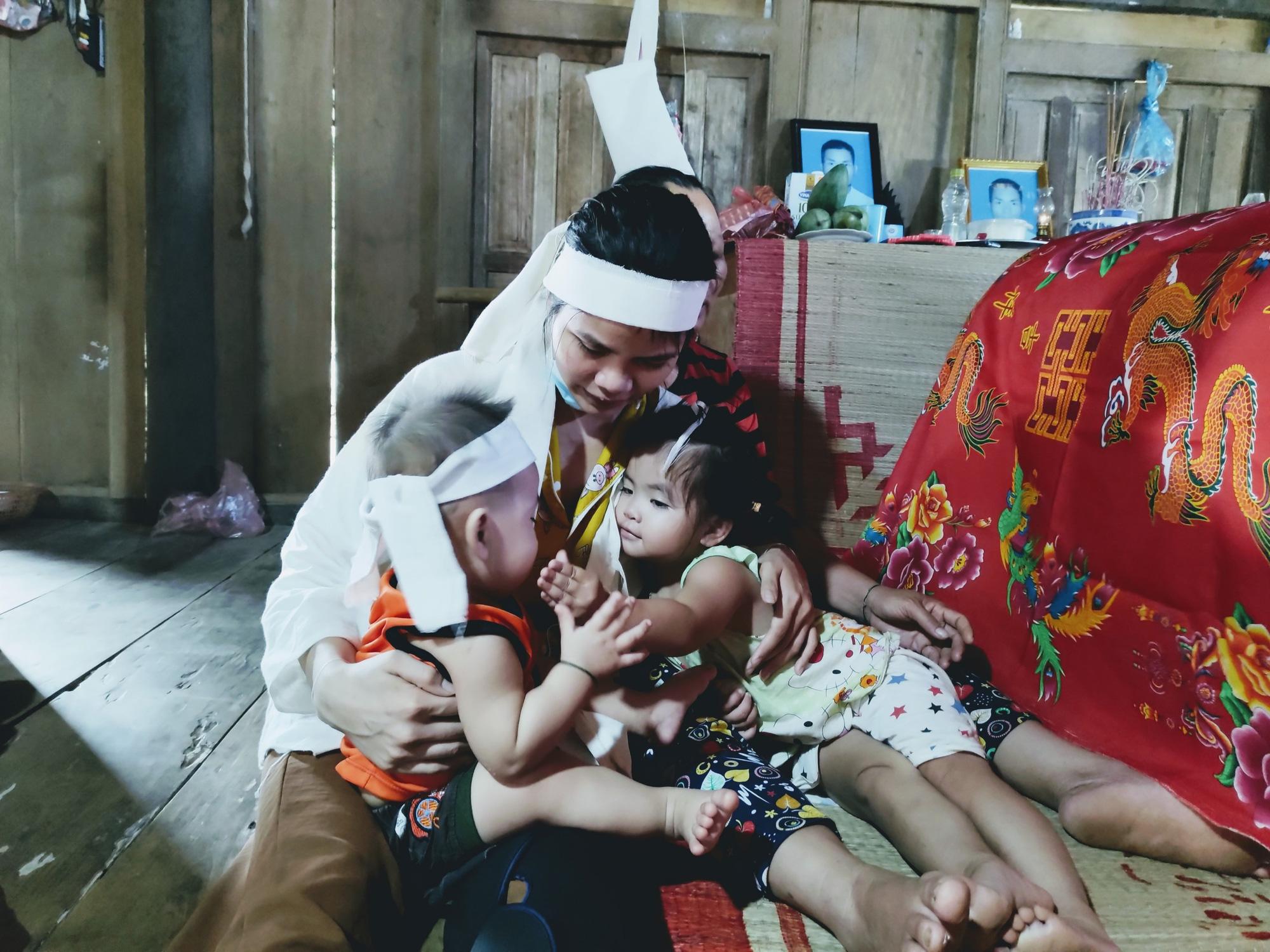 Tương lai mờ mịt của hai đứa trẻ nheo nhóc khi bố qua đời, mẹ lại mang bệnh nặng - Ảnh 2.