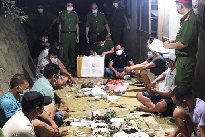 Tụ tập ăn uống, 11 người bị phạt hơn 82 triệu đồng - Ảnh 1.