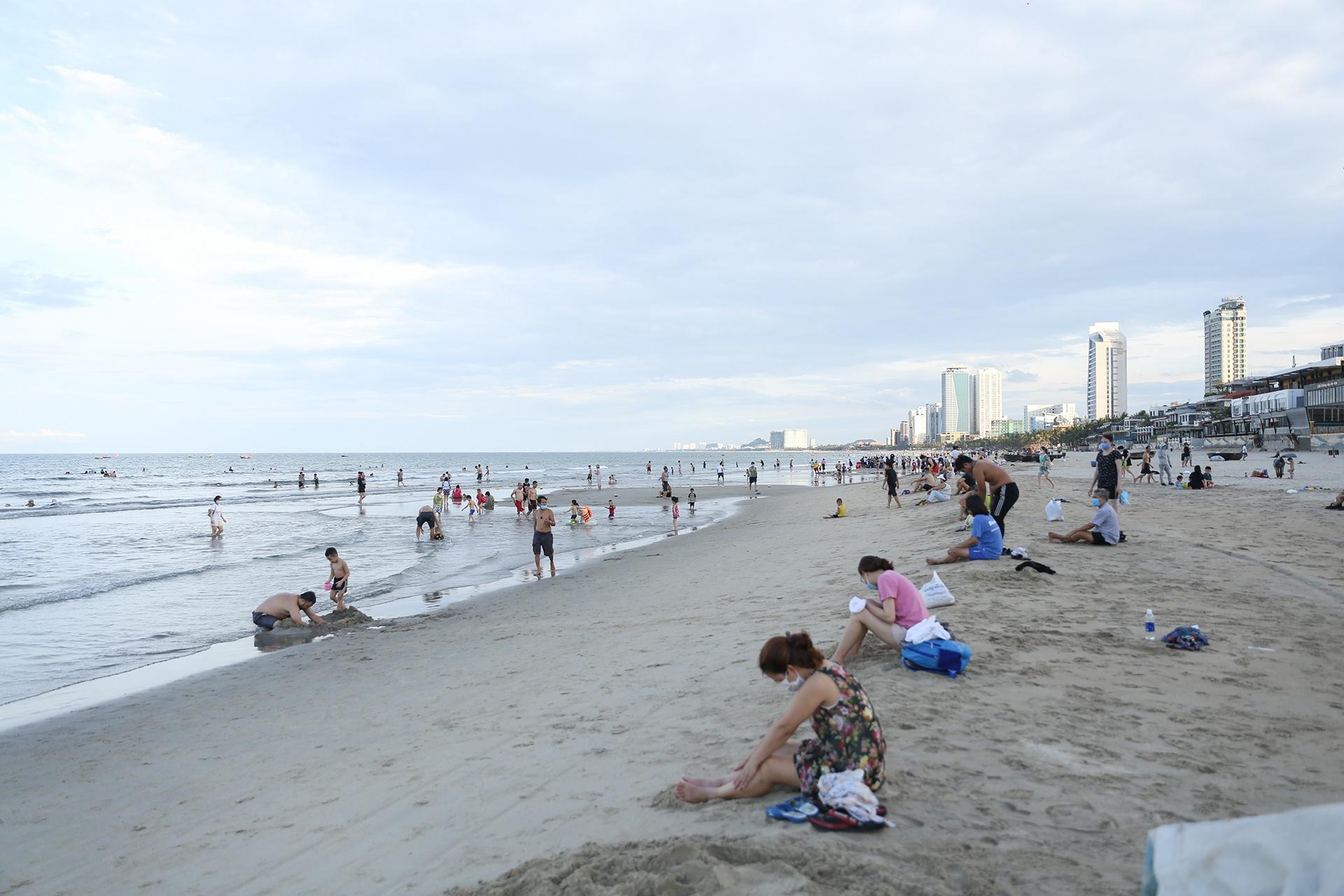 Người Đà Nẵng được tắm biển sau 21 ngày không có ca nhiễm Covid-19 - Ảnh 2.