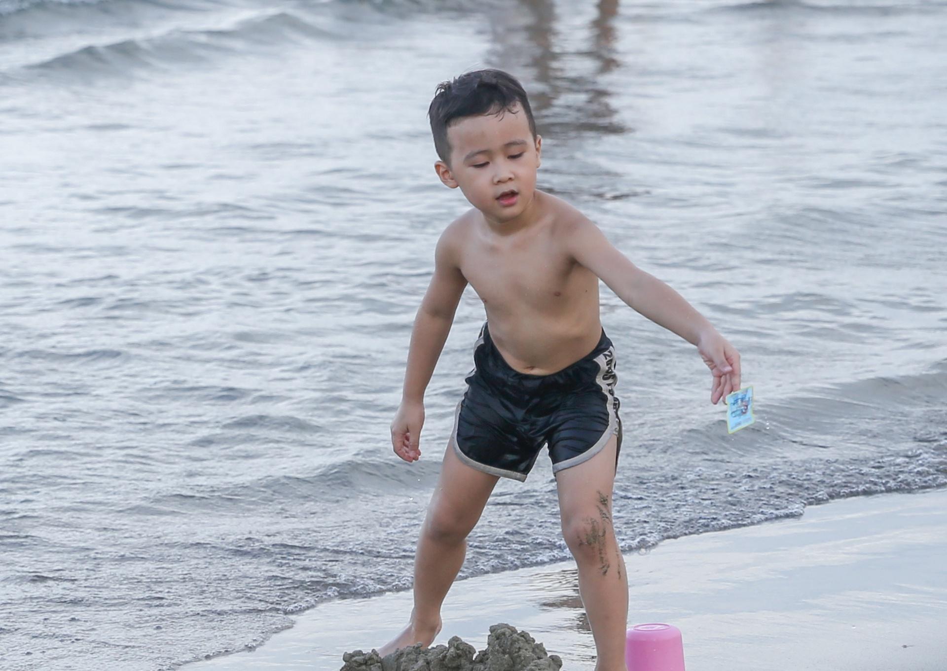 Người Đà Nẵng được tắm biển sau 21 ngày không có ca nhiễm Covid-19 - Ảnh 5.