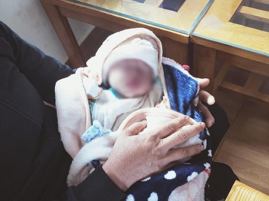 Đau lòng: Bé gái sơ sinh cuống rốn còn buộc dây thun bị bỏ rơi nguyên một đêm dưới cơn mưa tầm tã - Ảnh 1.