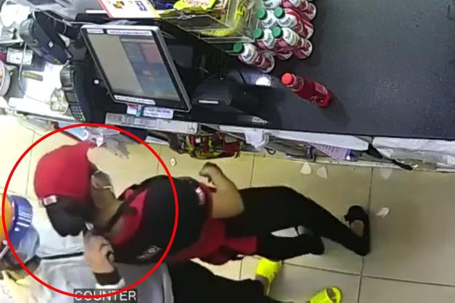 Nữ nhân viên cửa hàng tiện lợi bị kẻ cướp kề dao vào cổ cuỗm 9 triệu đồng - Ảnh 1.