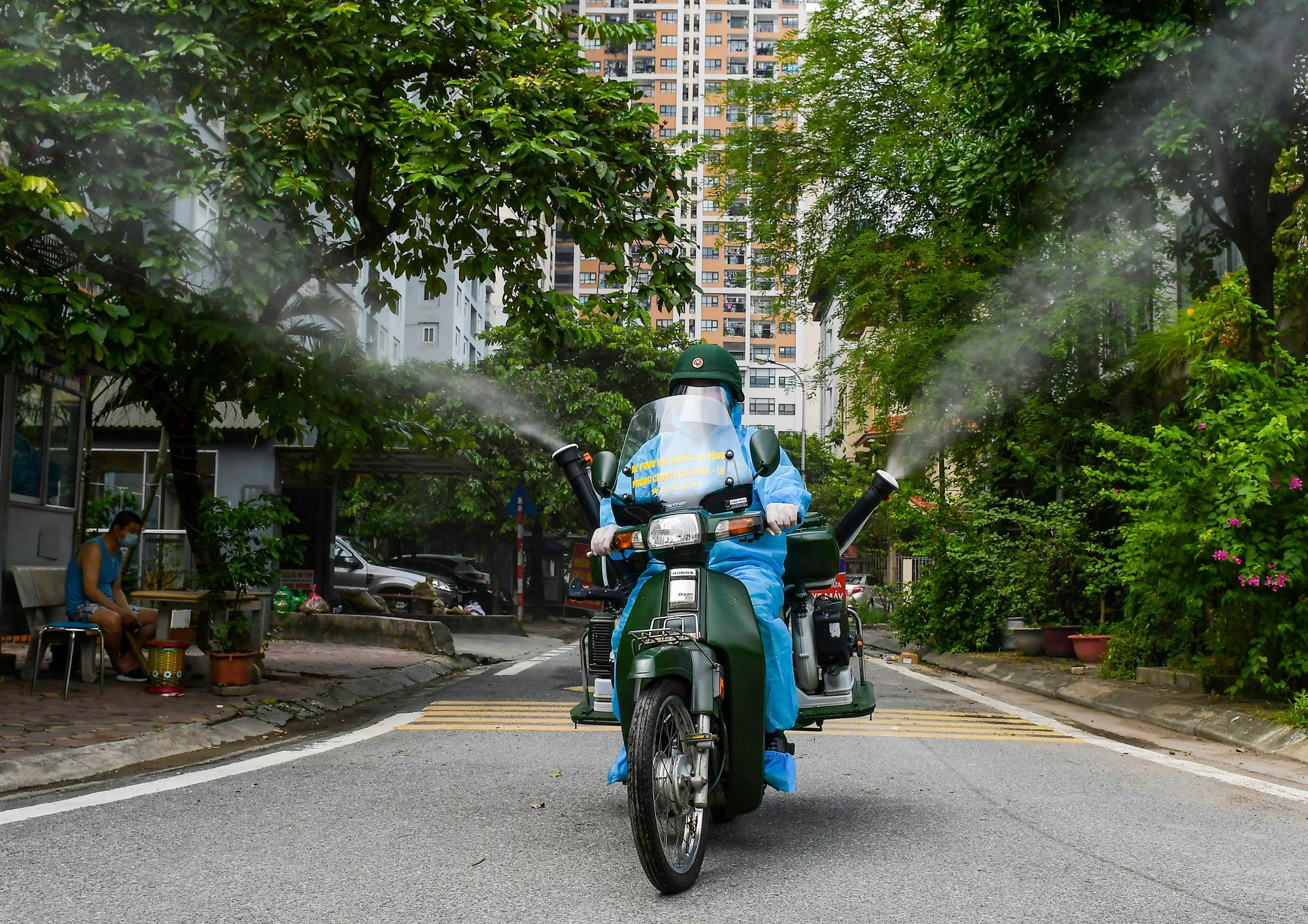 CLIP: Độc đáo chiếc Honda Dream cũ trở thành xe phun khử khuẩn lưu động - Ảnh 13.