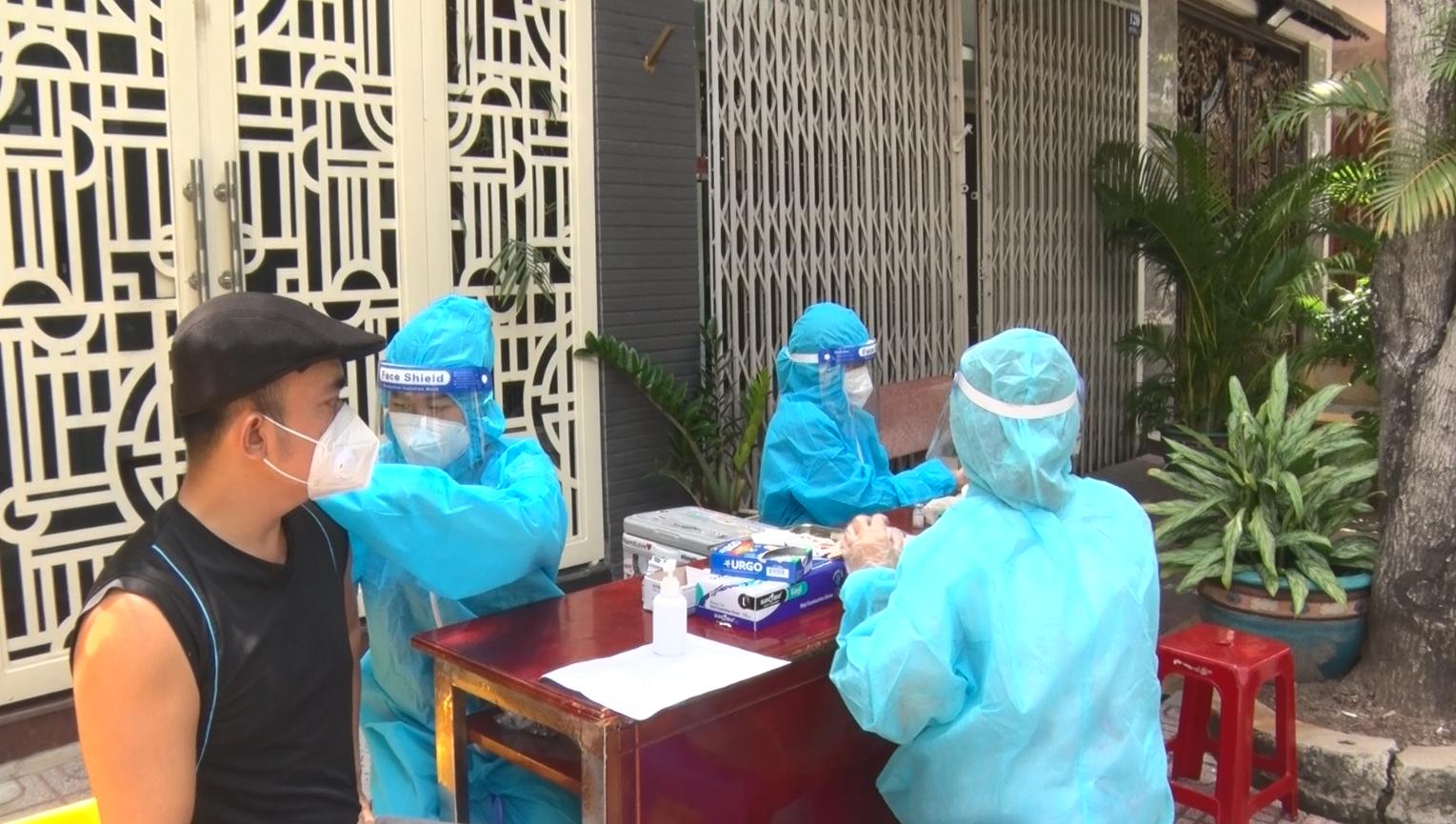 Đội tiêm ngừa vaccine COVID-19 lưu động cho người dân khu vực phong tỏa - Ảnh 5.